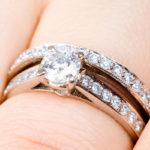 В чем разница между обручальным и помолвочным кольцом?